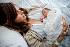 Mutter und Baby nach der Geburt