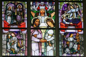 Traung in einem Kirchenfenster