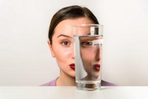 Frau und Wasserglas