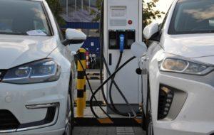 Elektroautos an Ladesäulen