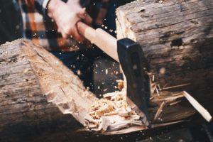 Axt beim Spalten eine Baumes