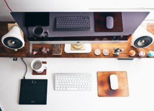 Schreibtisch mit Bürogeräten