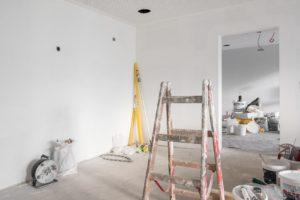 Raum mit Malerutensilien
