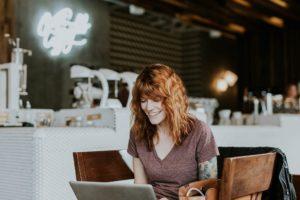 Junge Frau an Laptop