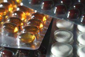 Lebertrankapseln und Vitamintabletten